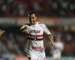Com show de Nenê, São Paulo vence o Vitória no Morumbi